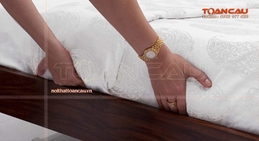 Giường ngủ gỗ chắc chắn, đảm bảo lâu dài khi sử dụng.