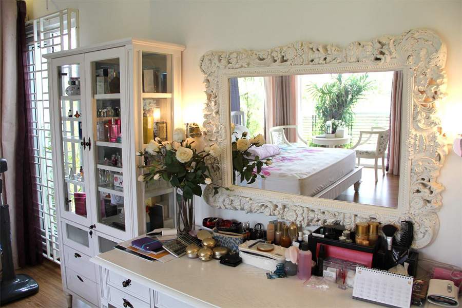 gương đối diện cửa phòng ngủ