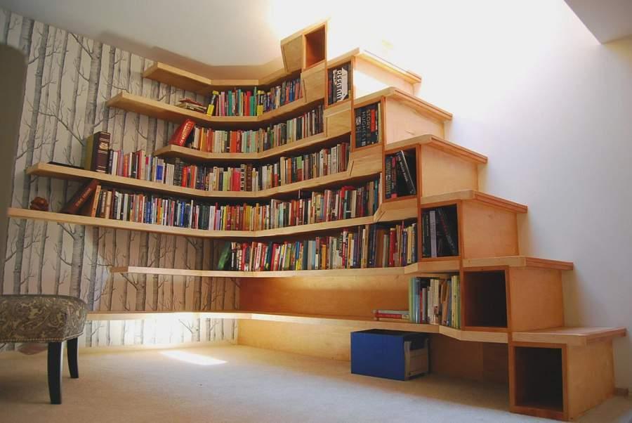 Kệ sách treo tường ở gầm cầu thang