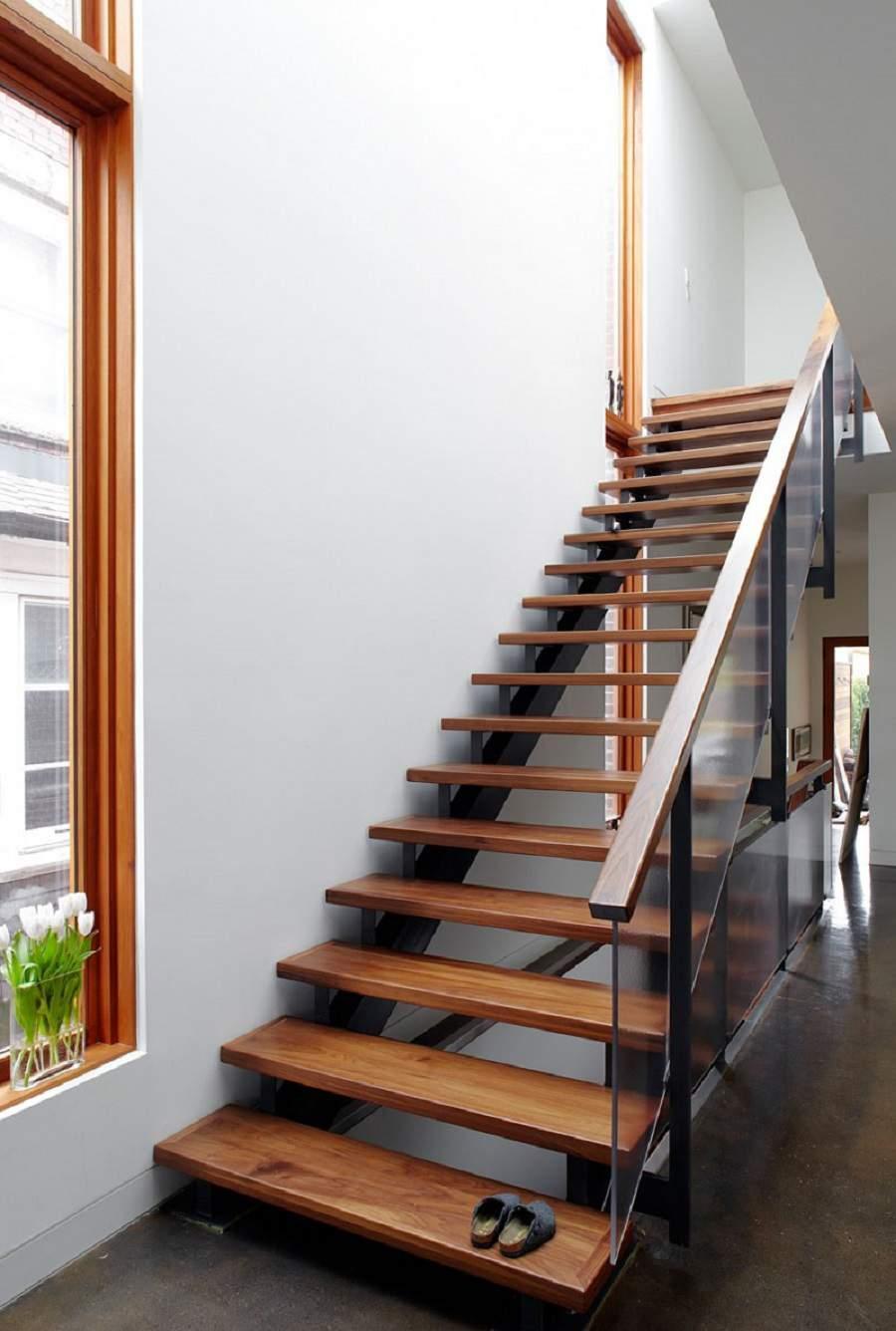 Những tay vịn cầu thang gỗ vuông đơn giản