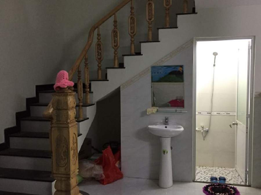 Nhà vệ sinh dưới gầm cầu thang nên lưu ý