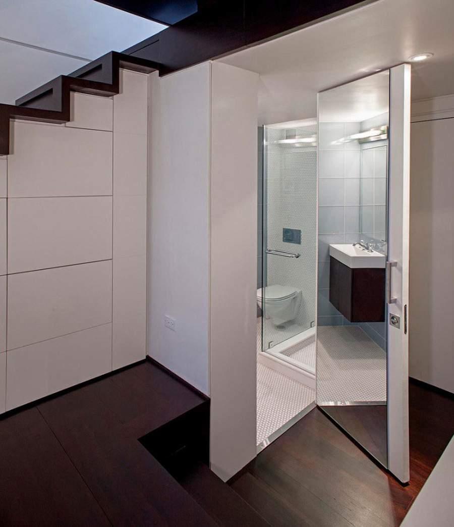 Nhà vệ sinh dưới gầm cầu thang rất tiện dụng
