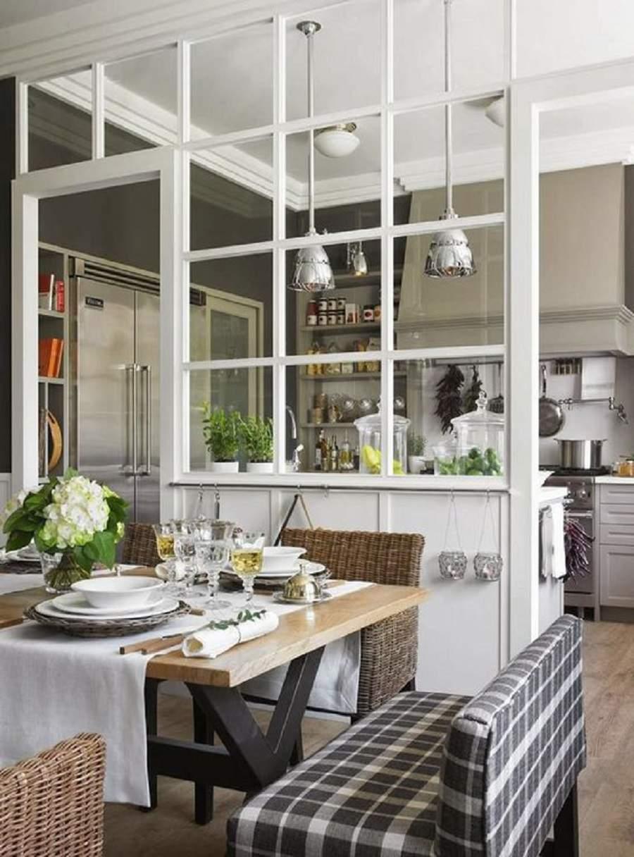 Xây vách ngăn phòng khách và bếp bằng kính
