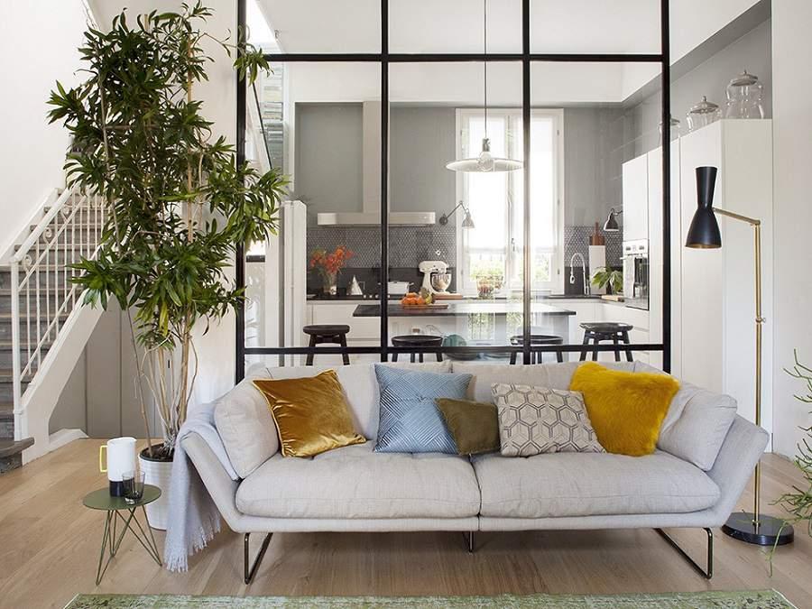 Vách ngăn phòng khách và bếp giá rẻ bằng kính