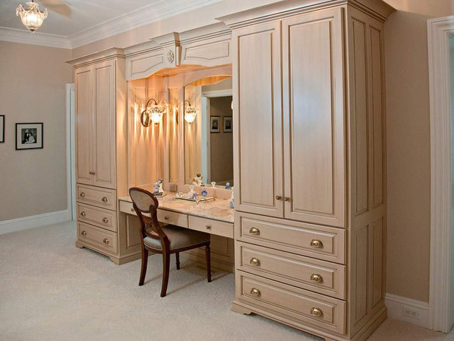 Nhà hiện đại với Tủ quần áo kết hợp bàn trang điểm rất tiện ích