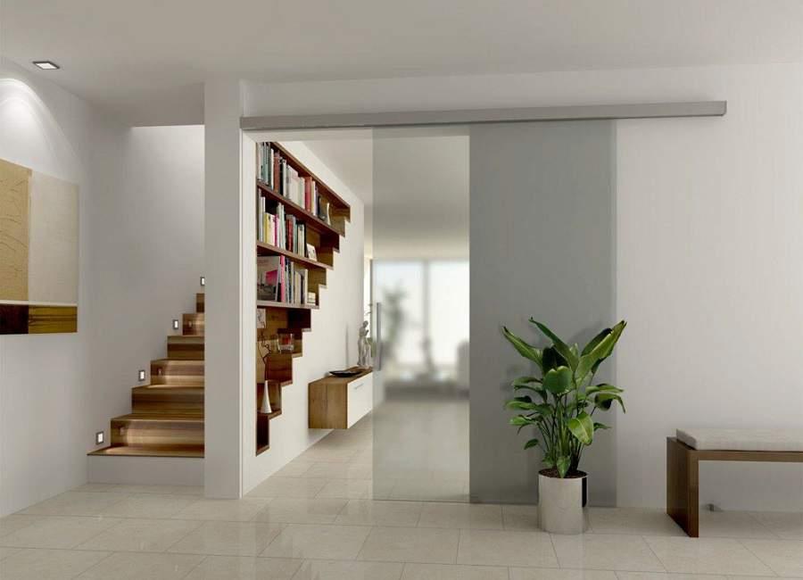 Vách ngăn gỗ giữa phòng khách và cầu thang tiện lợi