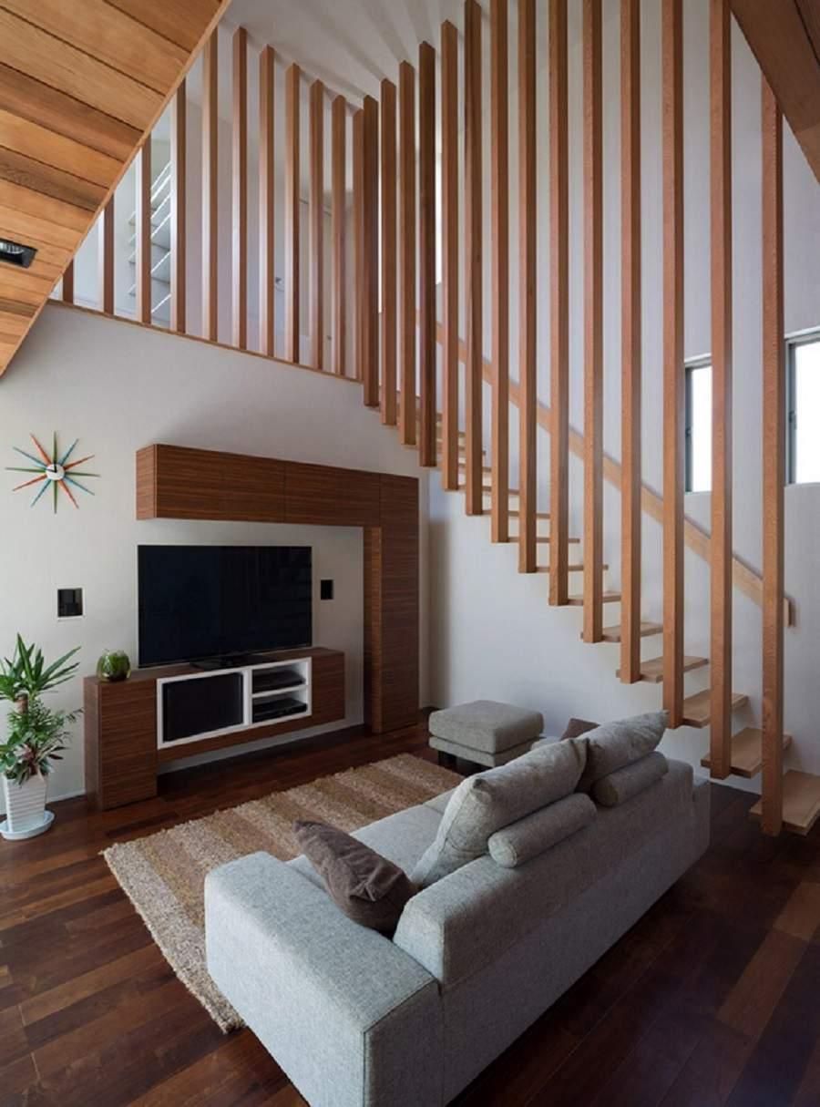 Vách ngăn gỗ giữa phòng khách và cầu thang đẹp hiện đại