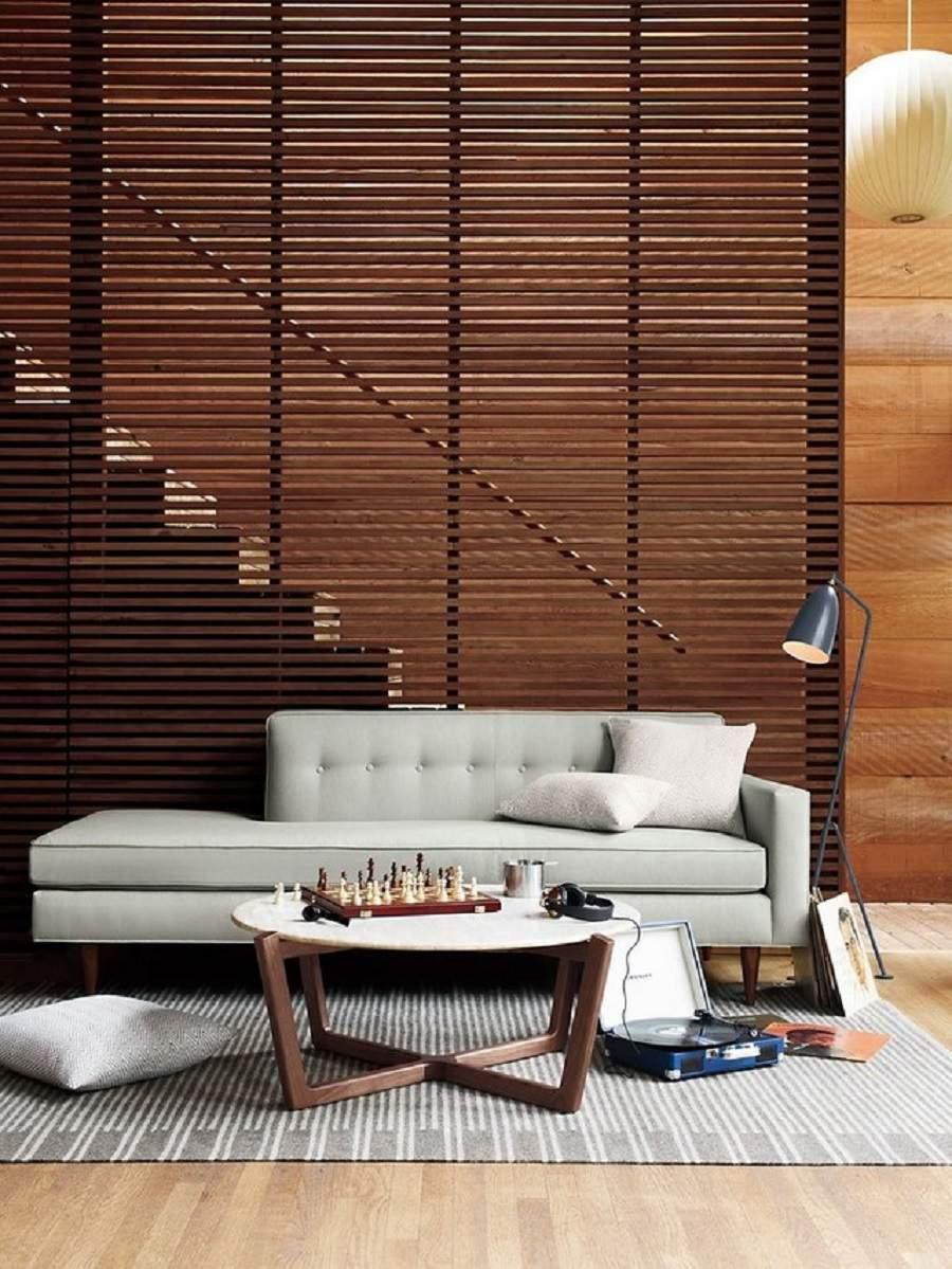 Vách ngăn gỗ giữa phòng khách và cầu thang