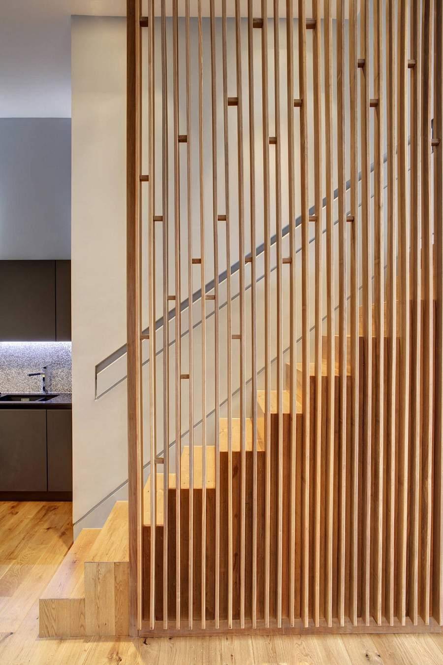 Vách ngăn phòng khách và cầu thang bằng gỗ