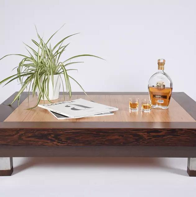 Bàn cafe được làm bằng chất liệu gỗ cho phòng khách nhỏ ấm cúng