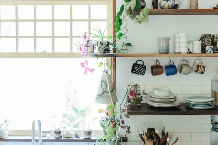 Trang trí nhà bếp hiện đại bằng việc sử dụng kệ và đồ trang trí