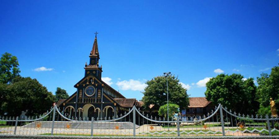 Nhà thờ Chánh Tòa là nhà thờ bằng gỗ nổi tiếng tại Kon Tum