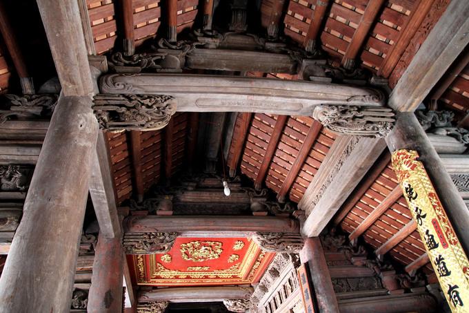 Tất cả hệ kèo, cột đều được chạm khắc, các chi tiết không giống nhau. Nghệ thuật điêu khắc thể hiện xu hướng của thời điểm cuối thế kỷ 17, đầu 18 là nghệ thuật cung đình lấn át nghệ thuật dân gian.