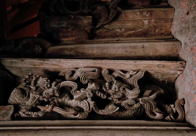 Những đường nét được chạm khắc tinh xảo đến từng chi tiết nhỏ. Nét tinh tế trong nghệ thuật điêu khắc ở đình Đình Bảng khiến bất cứ ai đến đây cũng phải khâm phục bàn tay tài hoa của cha ông.