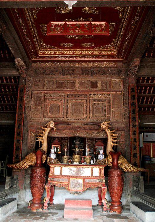 Ở chính điện là một bức cửa võng lớn, chia thành bảy lớp, chín ô theo kiểu lồng hộp, trang trí dày đặc với các chữ triện, các con vật như rồng, phượng, ngựa, sư tử, mây, các cây trong bộ tứ quý...