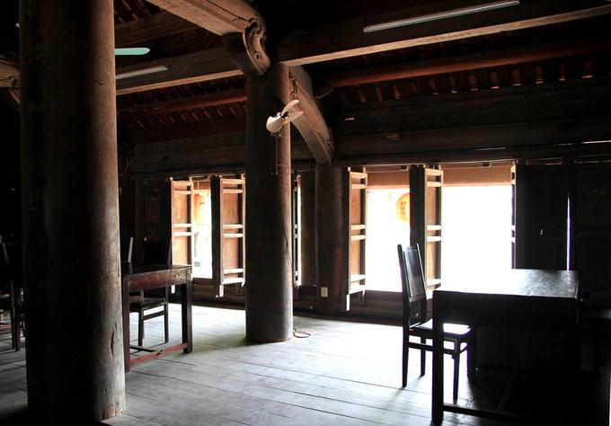 Đình mang kiến trúc nhà sàn với sàn gỗ cao 0,7 m so với mặt nền gồm 6 hàng cột ngang và 10 hàng cột dọc.