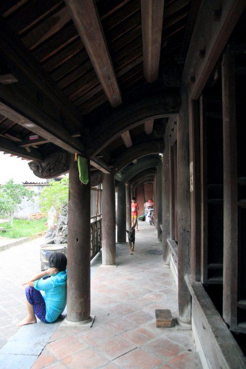 Theo khảo sát của Nhật Bản, chỉ còn khoảng 10 ngôi nhà có niên đại 300 năm ở Việt Nam. Ngôi nhà của dòng họ Nguyễn Thạc tiêu biểu cho kiến trúc vùng Kinh Bắc, được làm hoàn toàn từ gỗ lim, có tới 60 cây cột, không có mối mọt và có thể chống được ẩm. Trước nhà có sân rộng, bể nước, vườn cây cảnh.
