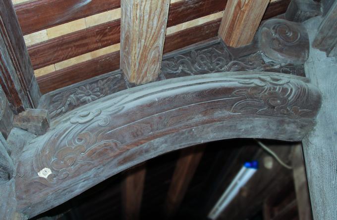 Chi tiết hoa văn được chạm trổ với hình rồng, mây vờn, hoa lá. Các họa tiết có sự đồng điệu giữa cột cái, cột quân và cột nghiêng trong một bộ vỉ kèo, từ đó dễ nhận biết được đặc trưng kiến trúc nhà ở dân gian Bắc Ninh.