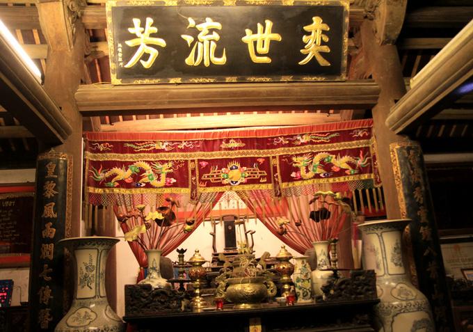 Nhà hiện có 7 gian, 3 gian chính giữa là nơi thờ tự, nơi quan trọng nhất trong nhà ở dân gian Bắc Bộ. Gian thờ chính nằm giữa với hoành phi, câu đối là nơi đặt bài vị của tổ tiên họ Nguyễn Thạc. Đây cũng là nơi trưng bày các sắc phong của triều Lê - Trịnh cho những người đỗ đạt trong dòng họ.