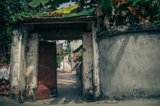 Lối dẫn vào ngôi nhà cổ, trong nhà gần như còn giữ nguyên vẹn