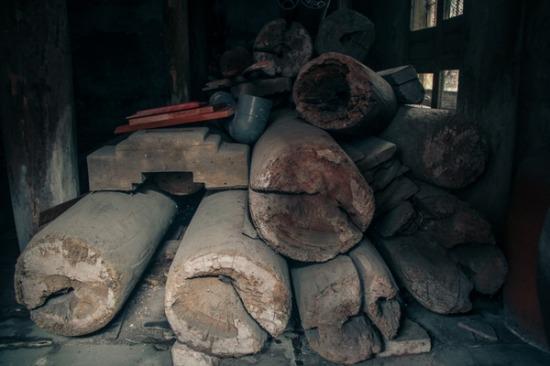 Trải qua sự khắc nghiệt của thời gian và ảnh hưởng của thời kỳ chiến tranh, nhiều cây cột, kèo trong ngôi nhà đã bị hư hại nặng. Phần mái gỗ nhiều chỗ bị hỏng, bị mọt, có chỗ được chắp vá tạm thời, trời mưa vẫn bị dột.