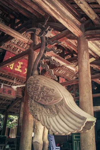 Đôi hạc đứng trên mai rùa bằng gỗ quý, có chiều cao hơn 2m ở gian nhà tiền tế