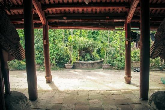 Phía trước là vườn cây và hòn non bộ phong thủy như tấm bình phong để yểm tà và tạo cho cảnh quan cảm giác an bình, thoát tục.