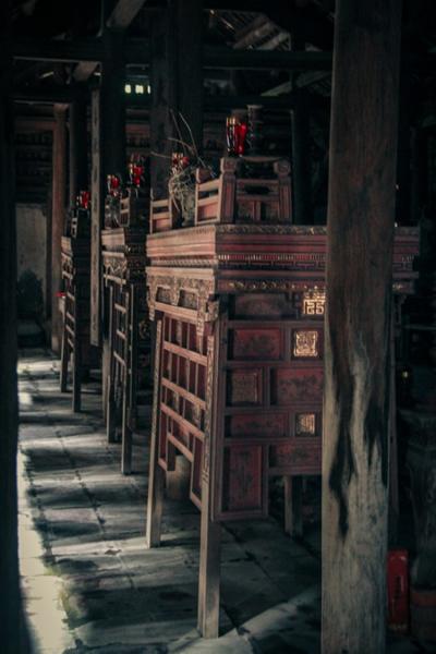 Một không gian cổ của ngôi nhà với chum nước, cối đá, chiêng đồng cũng như các cột kèo loang lổ màu thời gian