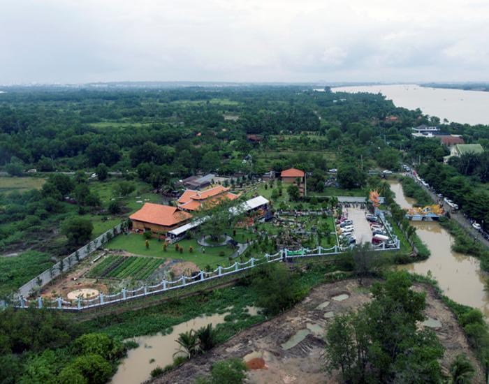 Nhà thờ Tổ nghề sân khấu hoành tráng của nghệ sĩ hài Hoài Linh nằm trên khu đất rộng 7.000 m2 tại phường Long Phước, quận 9, TP.HCM.