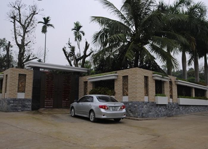 Toàn bộ khuôn viên bên ngoài căn nhà gỗ hương trị giá tiền tỷ của đại gia Lê Thanh Thản