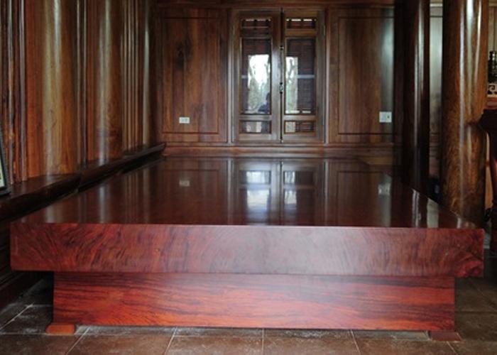 Bên trái ngôi nhà bày sập gụ bằng gỗ hương khối....