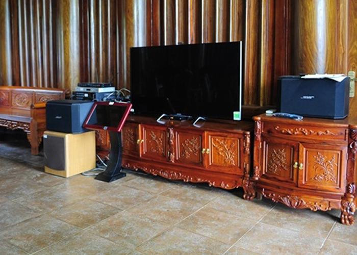 Bộ bàn ghế minh triện gỗ hương thứ 2 và kệ tivi cũng được chạm khắc Tùng-Cúc-Trúc-Mai