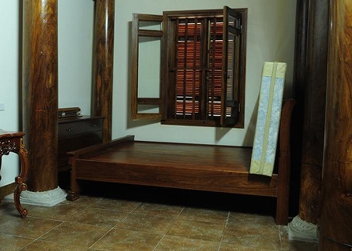 Phòng ngủ, tất cả nội thất cũng đều được làm bằng gỗ, từ giường, bàn phấn...