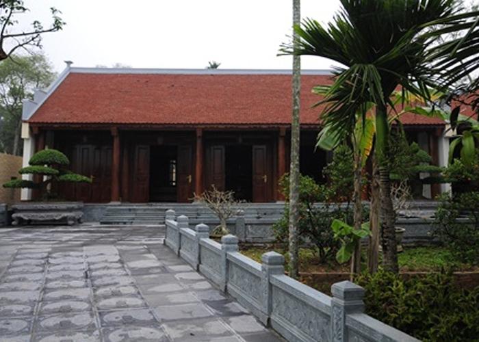 Khuôn viên bên trong với nhiều loại cây cảnh và ăn quả