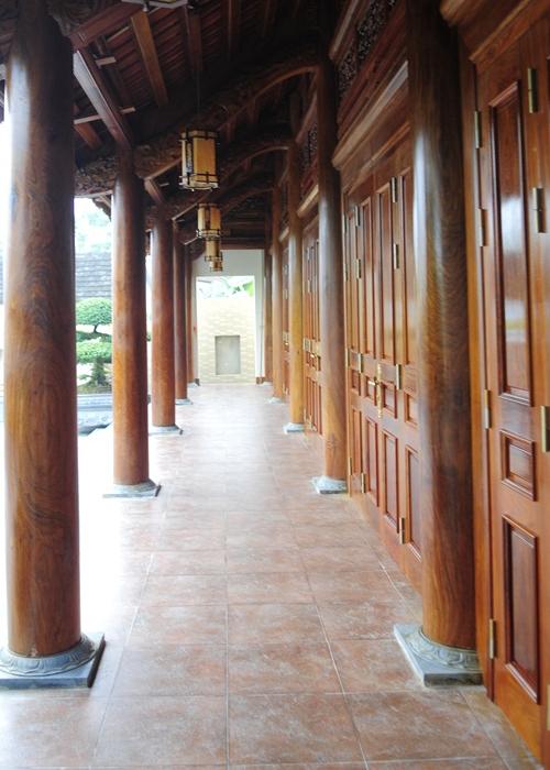 Phần tường, hành lang, cột nhà và các cánh cửa của ngôi nhà gỗ