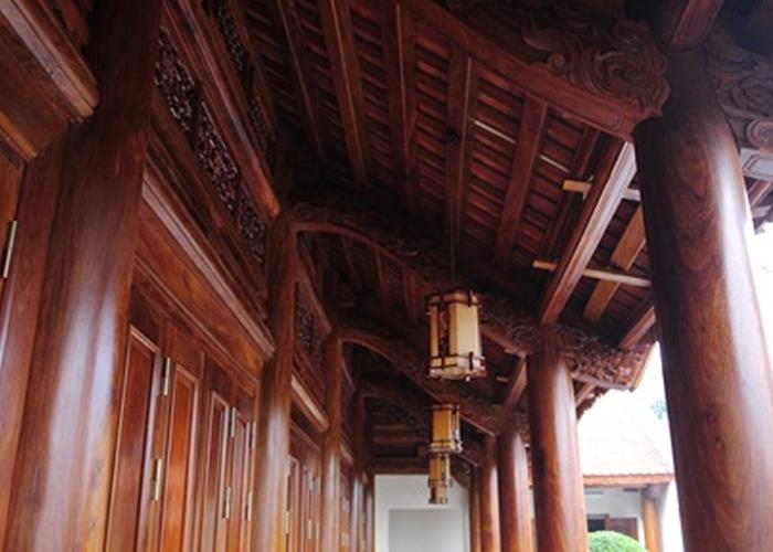 Cột nhà bằng gỗ hương khối có đường kính 40 cm
