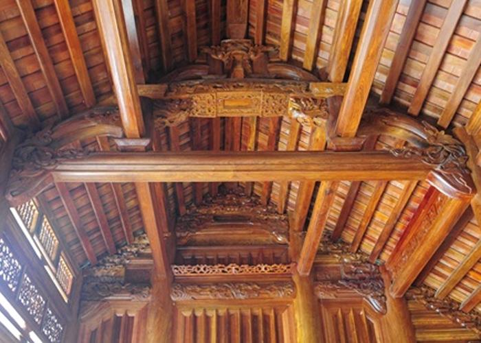 Phần mái nhà cũng được chạm khắc hoa văn tinh xảo
