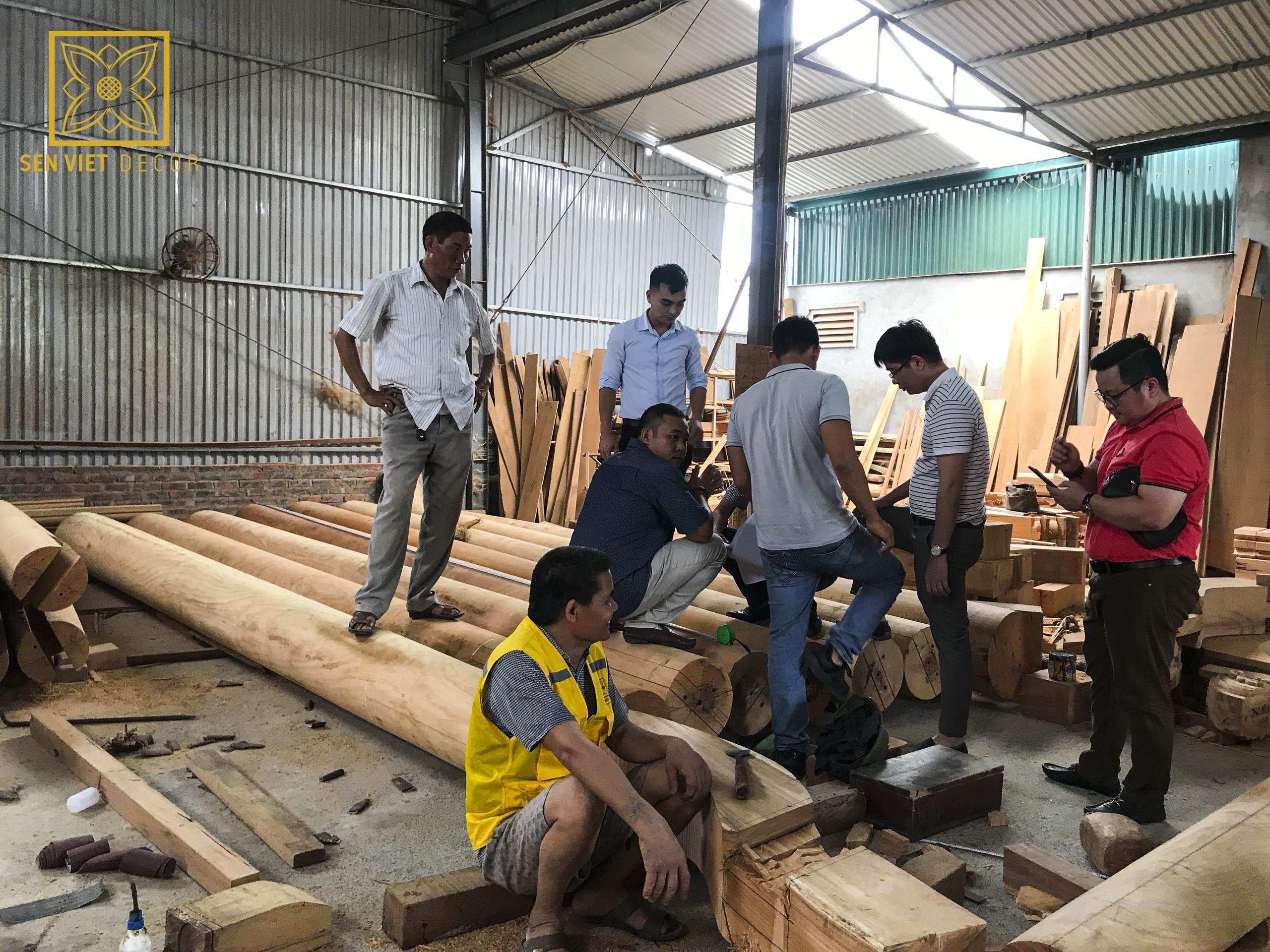 đoàn kiểm tra tới xưởng gỗ