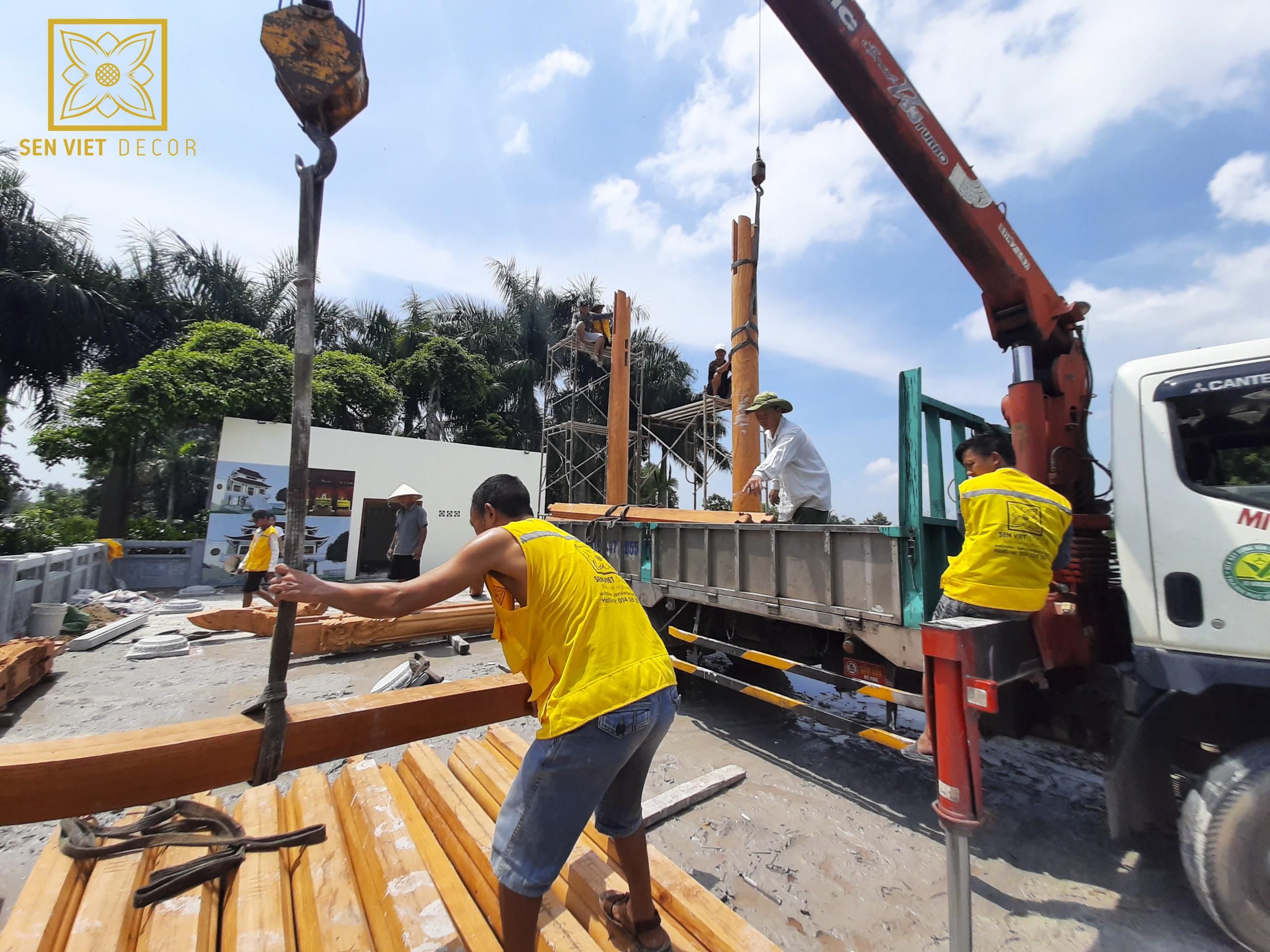 vận chuyển gỗ tới công trình lắp dựng