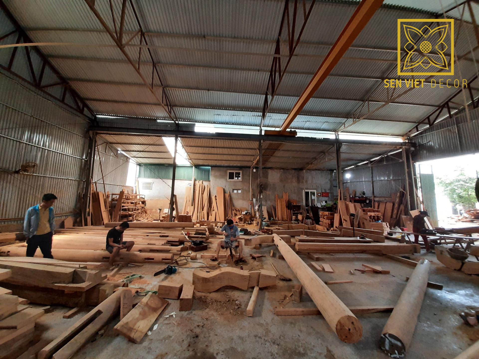 Chạm khắc các cấu kiện tại xưởng