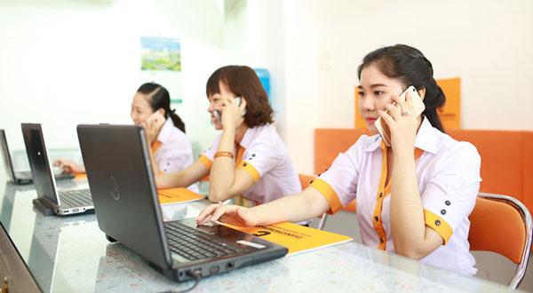 Nhân viên Thành Trung Mobile hỗ trợ khách hàng