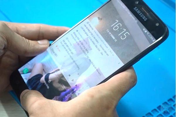 Tìm hiểu nguyên nhân chảy mực màn hình Samsung J7 Pro và cách khắc phục