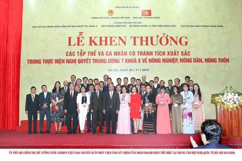 Việt An chụp ảnh cùng thủ tướng Nguyễn Xuân Phúc và các chủ doanh nghiệp