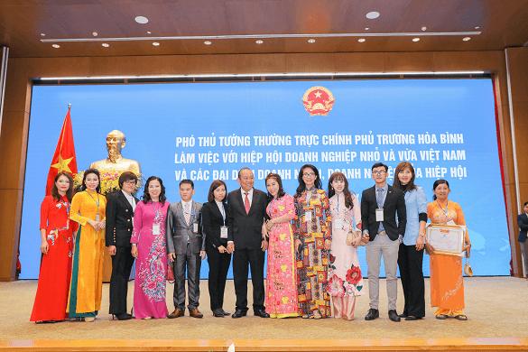 Đại diện công ty CPTMTH Việt An chụp ảnh cùng PTT Trương Hòa Bình