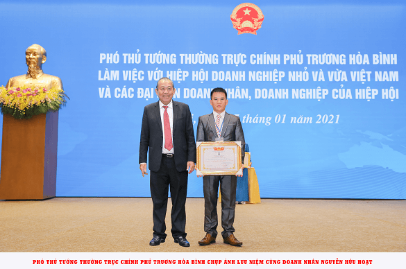 Phó thủ tướng Trương Hòa Bình chụp ảnh cùng doanh nhân Nguyễn Hữu Hoạt