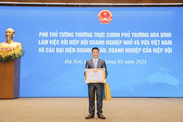 ông Nguyễn Hữu Hoạt- Đại diện công ty CPTMTH Việt An nhận bằng khen từ chính phủ