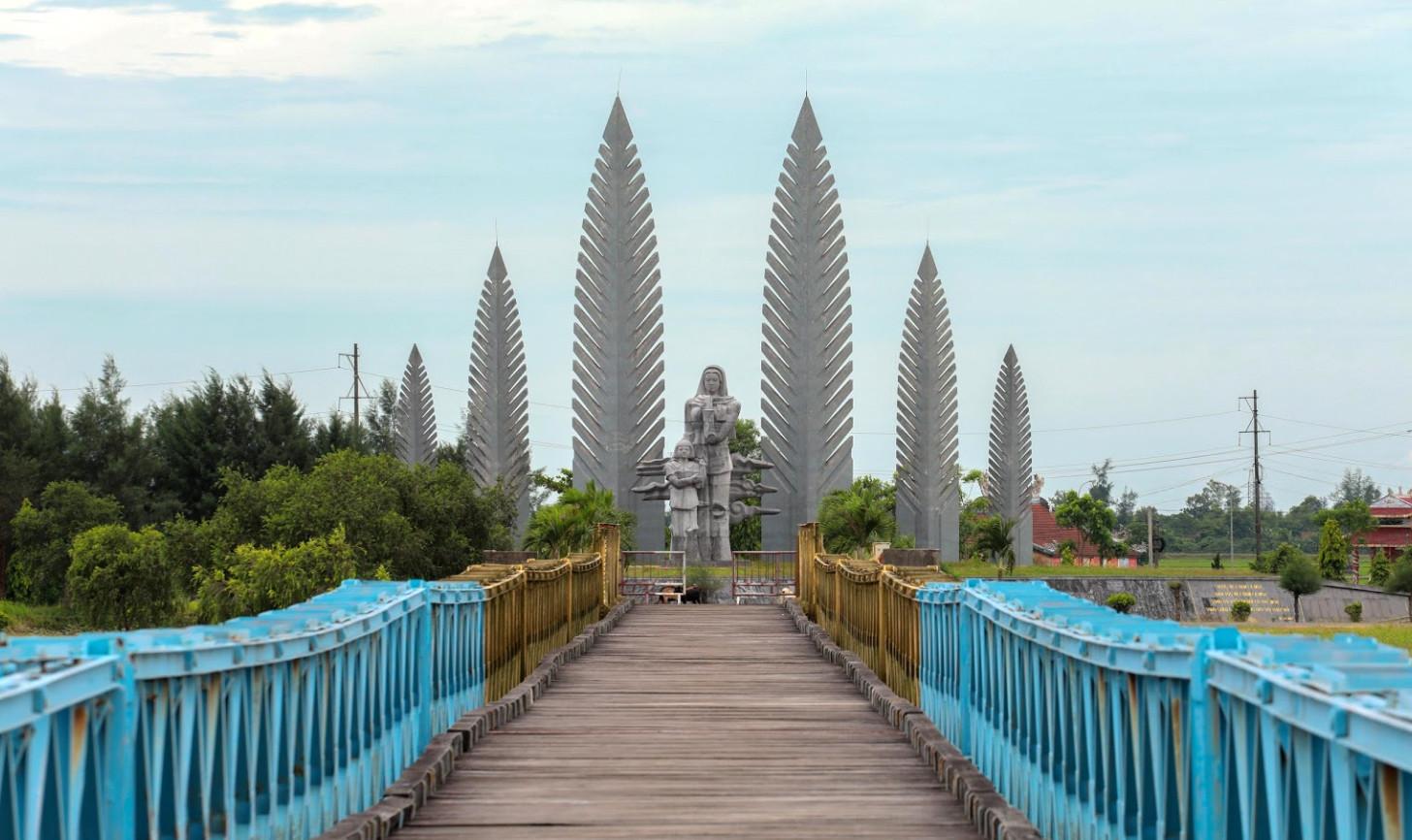 quang-tri-hien-luong-bridge-ben-hai-river