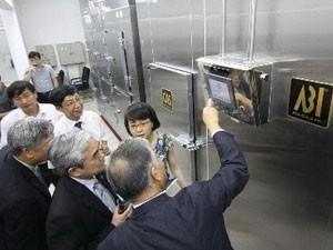Các đại biểu tham quan phòng thí nghiệm CAS