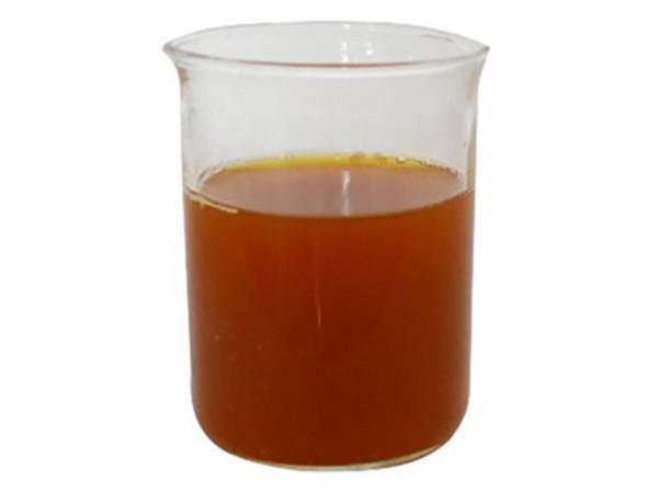 Hóa chất polymer ở dạng lỏng có màu vàng nâu