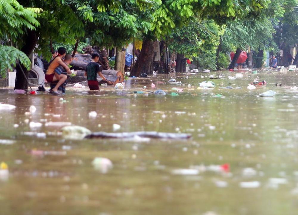 Thiên tai, lũ lụt là nguyên nhân dẫn đến ô nhiễm nguồn nước hiện nay